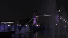 νύχτα του Λονδίνου Πηγή στη γέφυρα πύργων υποβάθρου απόθεμα βίντεο