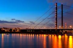 νύχτα του Ντίσελντορφ γεφυρών πέρα από το ηνίο Στοκ Εικόνα