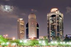 Νύχτα του πύργου στο Ντουμπάι στην ανασκόπηση Στοκ Εικόνες