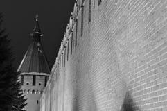Νύχτα Τούλα Ο τοίχος του Κρεμλίνου με battlements και ένας πύργος γωνιών στο υπόβαθρο Στοκ εικόνες με δικαίωμα ελεύθερης χρήσης