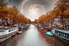 Νύχτα φθινοπώρου του Άμστερνταμ Στοιχεία αυτής της εικόνας που εφοδιάζεται από τη NASA Στοκ Φωτογραφίες
