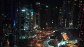 Νύχτα & φωτισμένος ορίζοντας πέρα από στο κέντρο της πόλης, Doha απόθεμα βίντεο