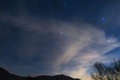 Νύχτα Χριστουγέννων στις Άλπεις κάτω από τον έναστρο ουρανό Στοκ Φωτογραφίες