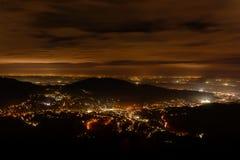 Νύχτα baden-Baden Εναέρια άποψη σπινθηρίσματος κεντρικός Φωτισμένα κτήρια και βαθύς μπλε ουρανός Στοκ Εικόνες