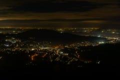 Νύχτα baden-Baden Εναέρια άποψη σπινθηρίσματος κεντρικός Φωτισμένα κτήρια και βαθύς μπλε ουρανός Στοκ εικόνα με δικαίωμα ελεύθερης χρήσης