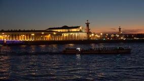 Νύχτα Neva και το βέλος του νησιού Vasilievsky γέφυρα okhtinsky Πετρούπολη Ρωσία Άγιος απόθεμα βίντεο
