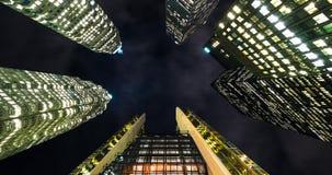 Νύχτα Timelapse αρχιτεκτονικής ουρανοξυστών οριζόντων πόλεων φιλμ μικρού μήκους
