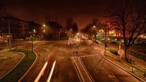 Νύχτα timelapse της κυκλοφορίας στη διασταύρωση κυκλικής κυκλοφορίας φιλμ μικρού μήκους