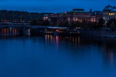 Νύχτα Wiev του ποταμού Vltava από τη γέφυρα του Charles, Πράγα Στοκ εικόνα με δικαίωμα ελεύθερης χρήσης