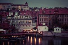 Νύχτα Wiev των εστιατορίων ποταμών και παραλιών Vltava από τη γέφυρα του Charles, Πράγα Στοκ Φωτογραφίες