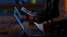 Νύχτα workaholics γραφείων προθεσμίας Overworking απόθεμα βίντεο