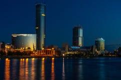 Νύχτα Yeaterinburg πριν από την ανατολή Φω'τα νύχτας και ποταμός Iset Στοκ Φωτογραφία