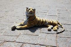 Ξάπλωμα τιγρών παιχνιδιών στο πεζοδρόμιο Στοκ εικόνα με δικαίωμα ελεύθερης χρήσης