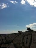 Ξάπλωμα της σκιαγραφίας ατόμων στην παραλία Στοκ Εικόνες