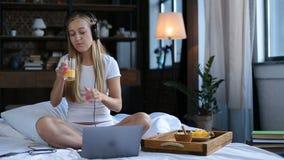 Ξένοιαστη γυναίκα που απολαμβάνει το τέλειο πρωί στο κρεβάτι απόθεμα βίντεο