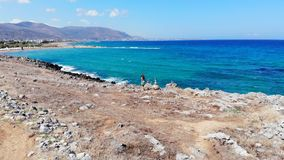 Ξένοιαστη γυναίκα που τρέχει κατά μήκος της ακροθαλασσιάς, Κρήτη, Ελλάδα απόθεμα βίντεο