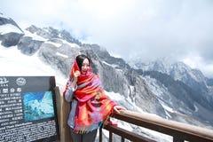 Ξένοιαστη γυναίκα στο βουνό χιονιού, την υγιή έννοια διαβίωσης, την καθαρές ευτυχία και την ελευθερία Στοκ Φωτογραφίες