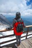 Ξένοιαστη γυναίκα στο βουνό χιονιού, την υγιή έννοια διαβίωσης, την καθαρές ευτυχία και την ελευθερία Στοκ Εικόνες