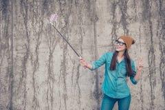 Ξένοιαστη και ευτυχής, φοβιτσιάρης διάθεση Το χαριτωμένο νέο hipster κάνει sel στοκ φωτογραφίες με δικαίωμα ελεύθερης χρήσης