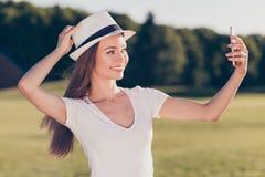 Ξένοιαστη και ευτυχής, φοβιτσιάρης διάθεση Χαριτωμένο νέο κορίτσι, που κάνει selfie το ο στοκ φωτογραφίες