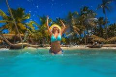 Ξένοιαστη νέα χαλάρωση γυναικών στην τροπική παραλία Στοκ εικόνες με δικαίωμα ελεύθερης χρήσης