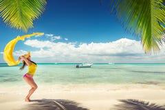 Ξένοιαστη νέα χαλάρωση γυναικών στην τροπική παραλία Στοκ φωτογραφία με δικαίωμα ελεύθερης χρήσης