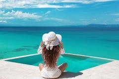 Ξένοιαστη χαλάρωση γυναικών στην πισίνα απείρου που εξετάζει το vie στοκ φωτογραφία με δικαίωμα ελεύθερης χρήσης