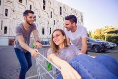 Ξένοιαστοι φίλοι που απολαμβάνουν Ahd που έχει τη διασκέδαση σε έναν χώρο στάθμευσης στοκ φωτογραφία με δικαίωμα ελεύθερης χρήσης