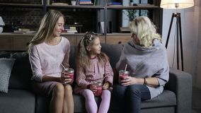 Ξένοιαστος ελεύθερος χρόνος οικογενειακών εξόδων στον καναπέ απόθεμα βίντεο