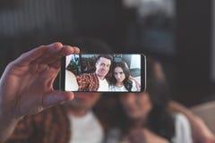 Ξένοιαστο ζεύγος που κάνει selfie και που έχει τη διασκέδαση Στοκ Φωτογραφίες