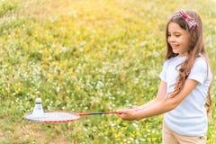 Ξένοιαστο κορίτσι που απολαμβάνει το παιχνίδι μπάντμιντον στο λιβάδι Στοκ εικόνες με δικαίωμα ελεύθερης χρήσης
