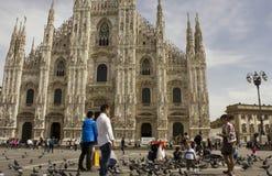 Ξένοι τουρίστες με τα περιστέρια Piazza del Duomo Στοκ εικόνα με δικαίωμα ελεύθερης χρήσης