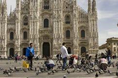 Ξένοι τουρίστες με τα περιστέρια Piazza del Duomo Στοκ φωτογραφία με δικαίωμα ελεύθερης χρήσης