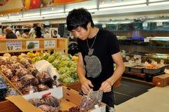 Ξέπλυμα, Νέα Υόρκη: Ταξινομώντας σταφύλια νεολαίας στην υπεραγορά Στοκ φωτογραφία με δικαίωμα ελεύθερης χρήσης