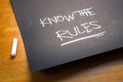 Ξέρτε τη σημείωση κιμωλίας κανόνων στοκ εικόνες