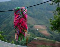 Ξήρανση επικεφαλής-φορεμάτων Hmong στην ηλιόλουστη ημέρα Στοκ εικόνα με δικαίωμα ελεύθερης χρήσης