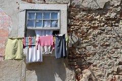 Ξήρανση πλυντηρίων σε ένα παράθυρο Στοκ εικόνες με δικαίωμα ελεύθερης χρήσης