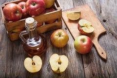 Ξίδι και μήλα μηλίτη της Apple σε έναν ξύλινο πίνακα Στοκ Εικόνες