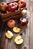 Ξίδι μηλίτη της Apple σε έναν ξύλινο πίνακα Στοκ φωτογραφία με δικαίωμα ελεύθερης χρήσης
