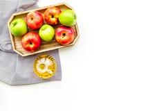 Ξίδι μηλίτη της Apple στο μπουκάλι μεταξύ των φρέσκων μήλων στο άσπρο διάστημα αντιγράφων άποψης υποβάθρου τοπ Στοκ εικόνες με δικαίωμα ελεύθερης χρήσης