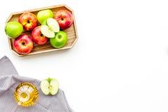 Ξίδι μηλίτη της Apple στο μπουκάλι μεταξύ των φρέσκων μήλων στο άσπρο διάστημα αντιγράφων άποψης υποβάθρου τοπ Στοκ Φωτογραφίες