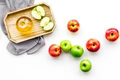 Ξίδι μηλίτη της Apple στο μπουκάλι μεταξύ των φρέσκων μήλων στο άσπρο διάστημα αντιγράφων άποψης υποβάθρου τοπ Στοκ Φωτογραφία