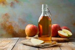 Ξίδι της Apple Μπουκάλι του οργανικού ξιδιού ή του μηλίτη μήλων στο ξύλινο υπόβαθρο υγιής οργανικός τροφίμων Με το διάστημα αντιγ στοκ εικόνες
