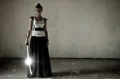 ξίφος που χειρίζεται τη γυναίκα Στοκ φωτογραφία με δικαίωμα ελεύθερης χρήσης
