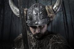 Ξίφος, πολεμιστής Βίκινγκ με το κράνος πέρα από το δασικό υπόβαθρο Στοκ Εικόνα