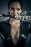 Ξίφος, προκλητική τοποθέτηση γυναικών κοριτσιών στρατιωτική με τα πυροβόλα όπλα. στοκ εικόνες με δικαίωμα ελεύθερης χρήσης
