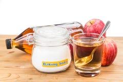 Ξίδι μηλίτη της Apple και συνδυασμός σόδας ψησίματος για όξινο reflux Στοκ Εικόνες