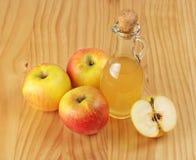 Ξίδι μηλίτη της Apple και φρέσκο μήλο σε ένα ξύλινο υπόβαθρο Στοκ φωτογραφία με δικαίωμα ελεύθερης χρήσης
