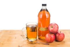 Ξίδι μηλίτη της Apple με το παρασκευασμένο τσάι, τις φυσικές θεραπείες και τις θεραπείες Στοκ φωτογραφία με δικαίωμα ελεύθερης χρήσης