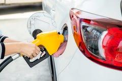Ξαναγέμισμα ατόμων και καύσιμα αερίου ελαίου πλήρωσης στο σταθμό βενζινάδικο τροφών αυτοκινήτων σας Στοκ εικόνα με δικαίωμα ελεύθερης χρήσης